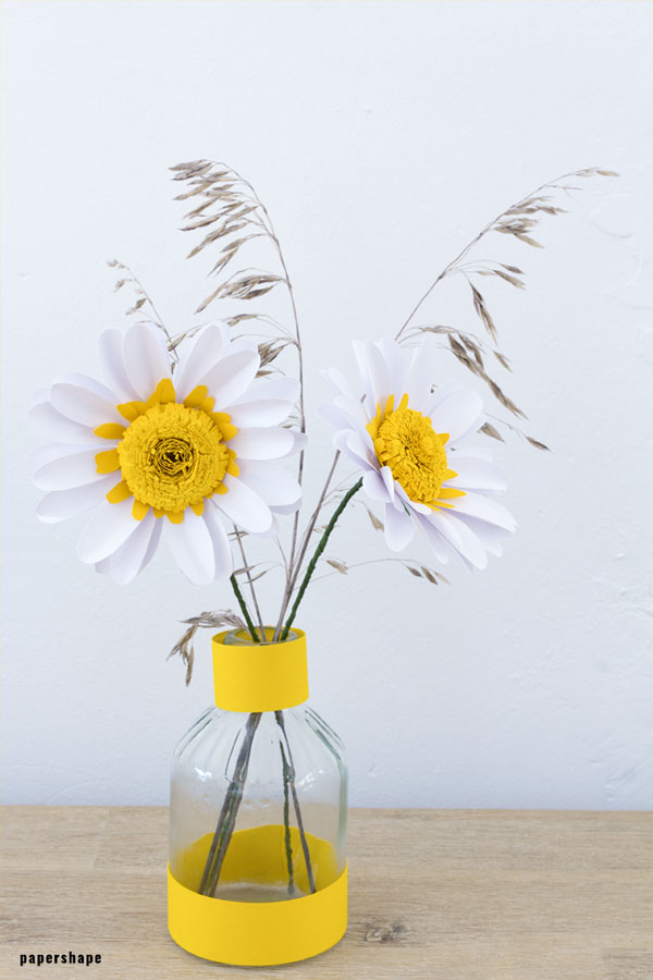 White paper daisy tutorial: fun paper flowers for wedding, home decor or a gift topper #papercraft #paperflowers #weddingflowers