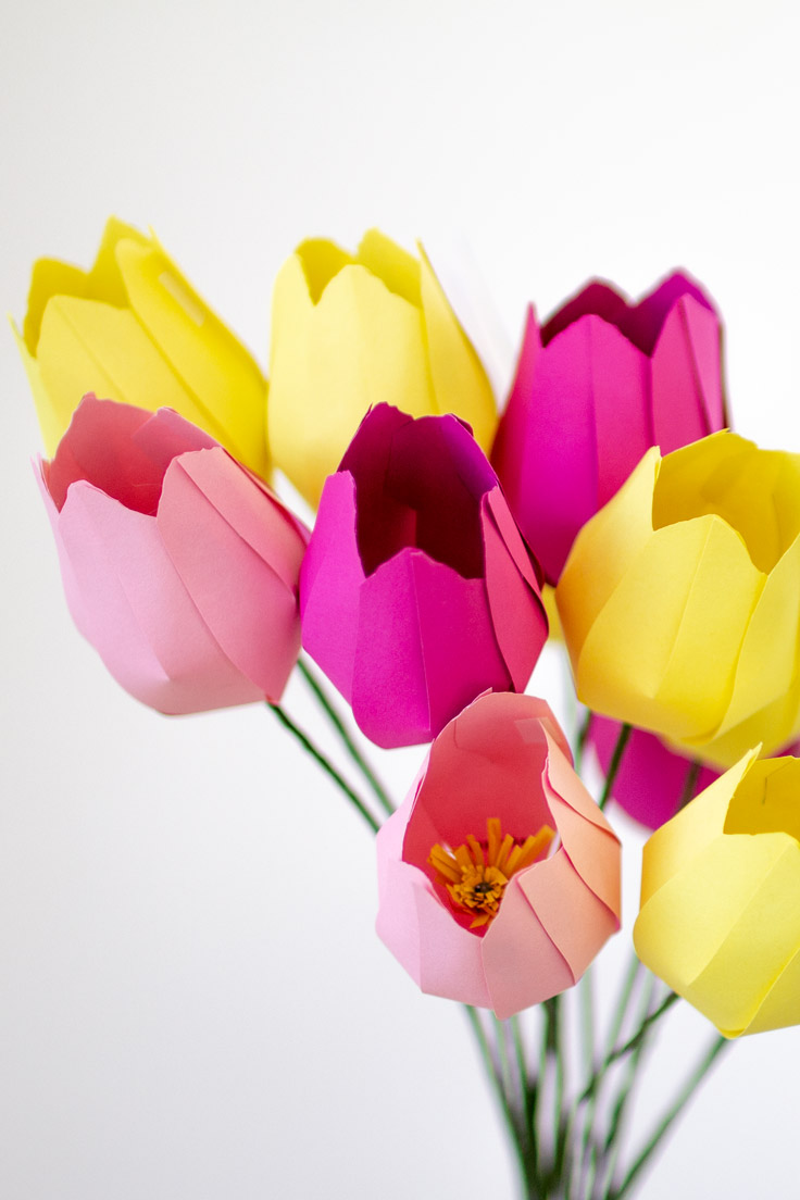 Easy diy paper flowers for Easter or spring. Make these adorable tulips for table decoration #papercrafts #papercraft #paperflowers #mothersday #valentinesday