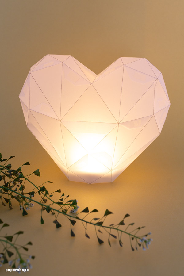 Make this romantic heart lantern for your wedding decor. Hop over to the digitale template and create the romance. #papercraft #paperdiy #weddinglantern