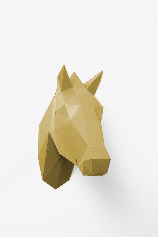 This 3d paper horse head is super fun and a cool diy papercraft project. A great gift for horse lovers. | PaperShape #papercraft #diypaper #papertrophy